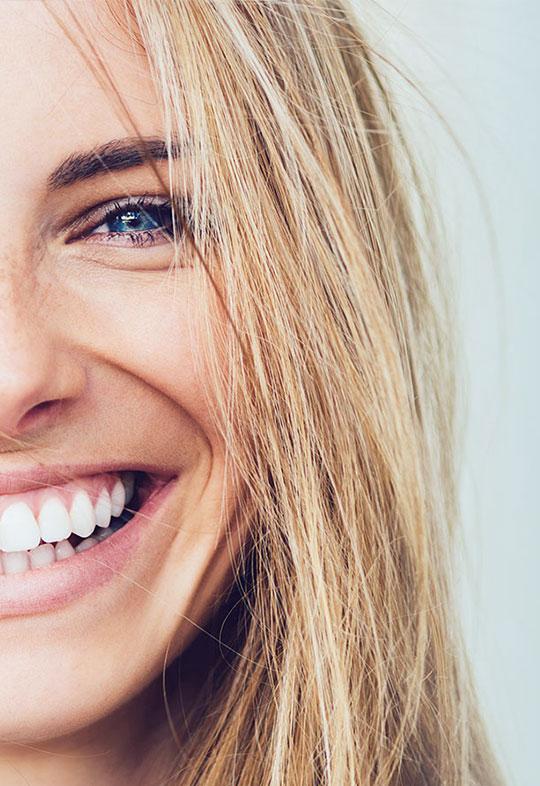 weiße Zähne und ein strahlendes Lächeln